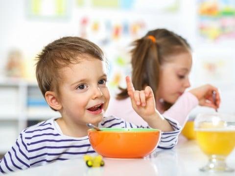 子供 食事 食べる 男の子 ランチ 保育園
