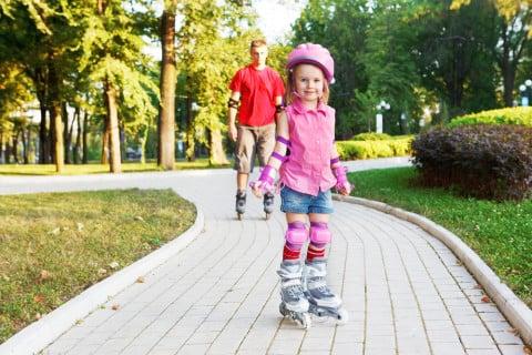 ローラースケート 屋外 女の子 ヘルメット