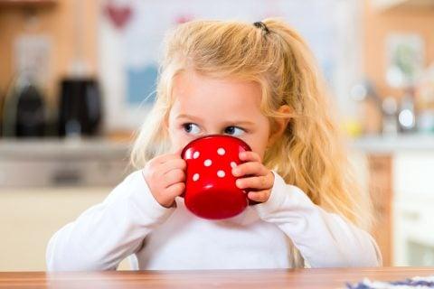 マグ コップ 子供 飲み物 飲む ランチ スープ 女の子 リラックス 休憩 水分