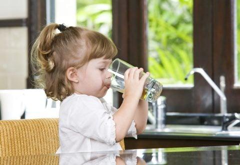子供 水 飲む
