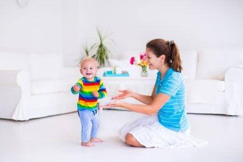 赤ちゃん 11ヶ月くらい 歩く 親子