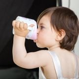 赤ちゃん スパウト マグ 飲む
