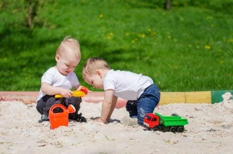 公園 砂場 幼児 子供 友達