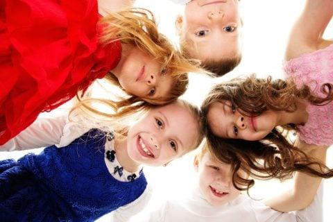 女の子 小学生 集合 輪 友達