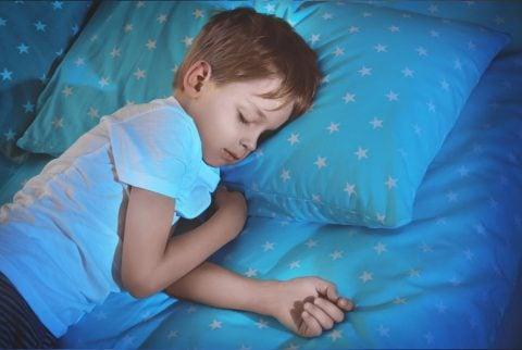 子供 男の子 寝る 睡眠 眠る