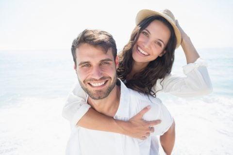 夫婦 カップル パートナー 笑顔 ハグ ビーチ