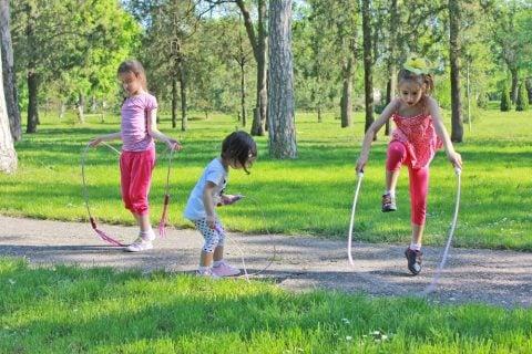 縄跳び 外 子供 遊び