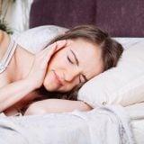 めまい 頭痛 貧血 休憩 睡眠不足 疲れ 女性 ベッド