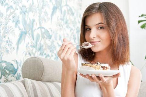 女性 ケーキ 食べる