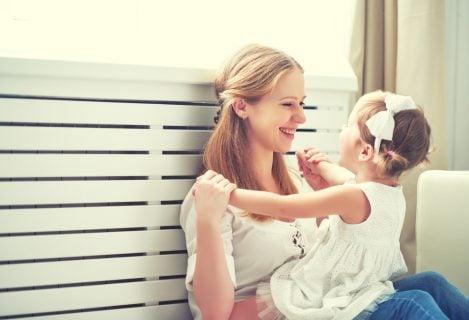 母 ママ 娘 女の子 抱っこ 笑顔
