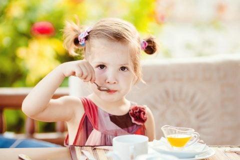 子供 女の子 食事 朝ごはん ヨーグルト スプーン