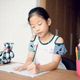 日本人 小学生 女の子 宿題 勉強 ノート