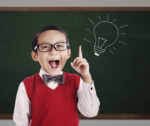 小学生 子供 男の子 黒板 ひらめき アイデア