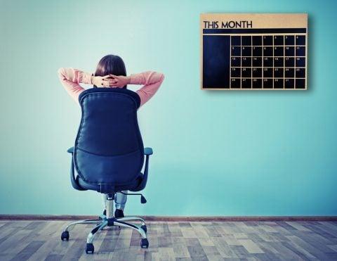 女性 椅子 部屋 カレンダー