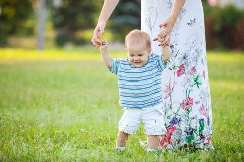 赤ちゃん 男の子 伝い歩き ママ 公園