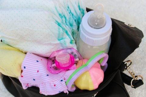 マザーズバッグ 中身 おむつ 哺乳瓶 おもちゃ