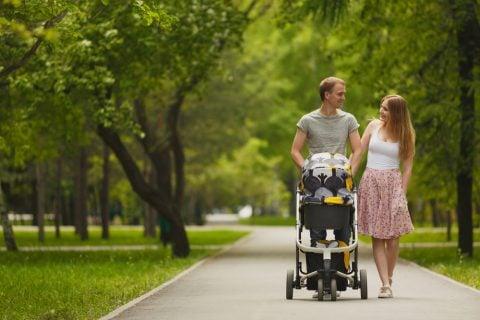 赤ちゃん 家族 パパ ママ 公園 お出かけ ベビーカー