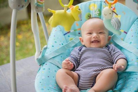 赤ちゃん バウンサー 笑顔