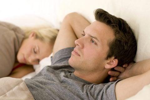 男性 夫婦 カップル ベッド 心配 不安