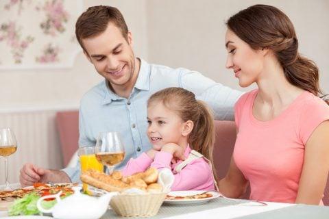 家族 パパ ママ 子供 両親 母 父 娘 食事