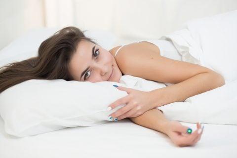 女性 ベッド 家 リラックス