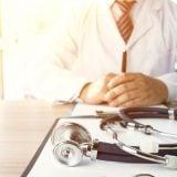 医者 聴診器 診察 男性 相談 病院