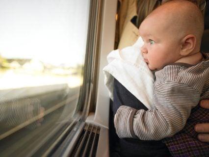 赤ちゃん 新幹線 列車 旅 抱っこ