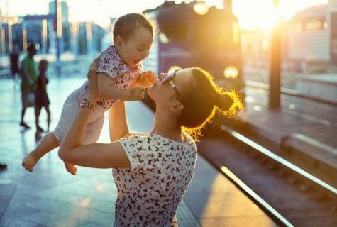 赤ちゃん ママ 駅 列車 旅