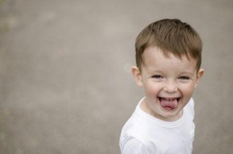 子供 男の子 舌 あっかんべ