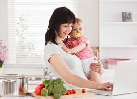 ママ 赤ちゃん 台所 野菜 ネットスーパー