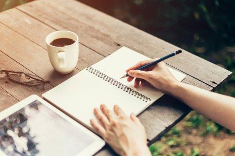 ノート 鉛筆 書く 女性
