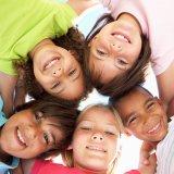 子供 男の子 女の子 笑顔 仲良し 友達