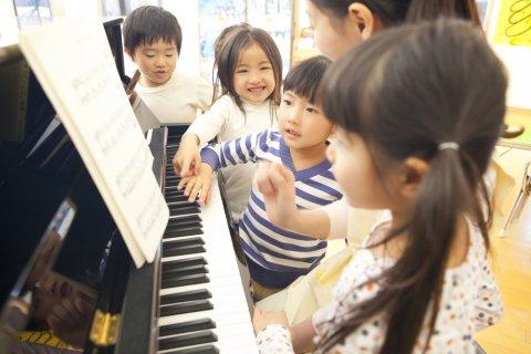 子供 歌 先生 ピアノ 合唱