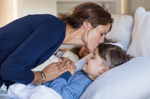 親子 寝る 睡眠 眠る 子供 ママ お母さん 男の子