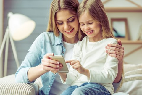 親子 携帯 スマホ ママ 娘 女の子