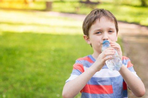 子供 脱水 水 芝生 夏 飲み物