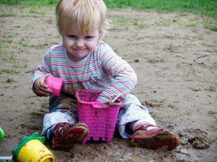 子供 赤ちゃん 乳幼児 砂遊び 泥汚れ 砂場