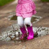 女の子 水たまり 泥汚れ 長靴