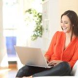 女性 笑顔 パソコン ネット 調べる