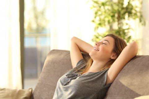 女性 リラックス 笑顔