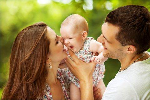 赤ちゃん 家族 ママ パパ 笑顔