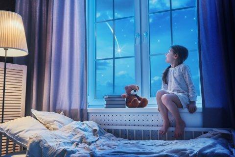 子供 夜 ベッド 寝室 睡眠 寝る 空