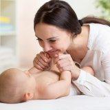 赤ちゃん 女性 ベビーマッサージ 育児セラピスト
