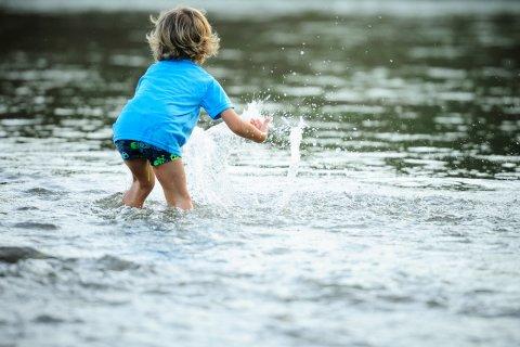 川遊び 水遊び じゃぶじゃぶ池 夏 水辺 池