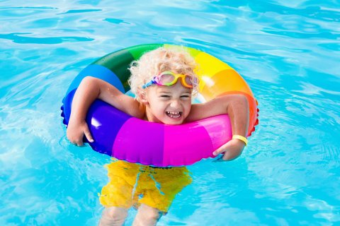男の子 プール 浮き輪 水着 笑顔 ゴーグル