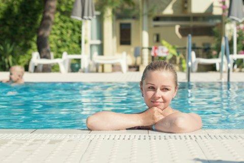 女性 プール