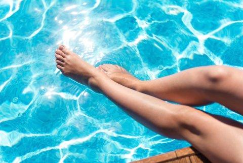 女性 プール 足