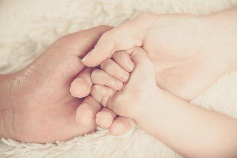 ママ 赤ちゃん ふれあい ぬくもり 手