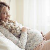 妊婦 パジャマ 寝る 横になる リラックス 布団