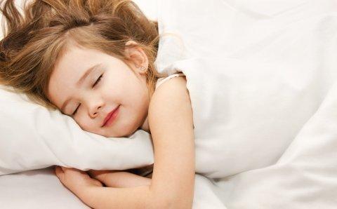 子供 女の子 ベッド 眠り 睡眠